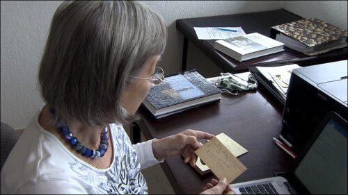 Blumes Familie entstammt den Hugenotten – die Aufzeichnungen ihres Vaters arbeitet die heute 82-jährige derzeit auf.