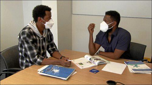 Es ist immer von Vorteil, wenn der Nachhilfelehrer die Muttersprache spricht – Während der Pandemie gibt Micko Dagne, der bereits das C1 Zertifikat hat, seinen äthiopischen Landsleuten Nachhilfe.