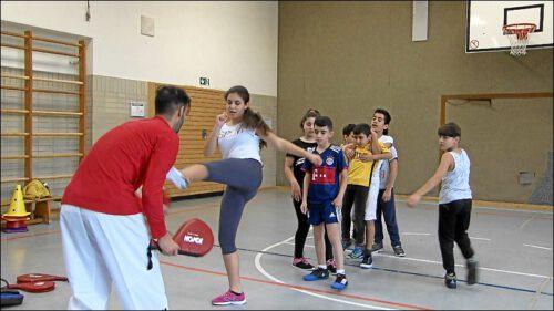 Jeden Samstag bieten die Projektteilnehmer, die alle ausgebildete Sportcoaches sind, Sport in verschiedenen Stilrichtungen an – natürlich Fußball, aber auch Boxen und Taekwondo.