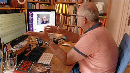 Kontakt hält Harald Baumer zur Heimatredaktion nach Nürnberg hauptsächlich über Videokonferenzen. Hier im Gespräch mit Chefredakteur Alexander Jungkunz.